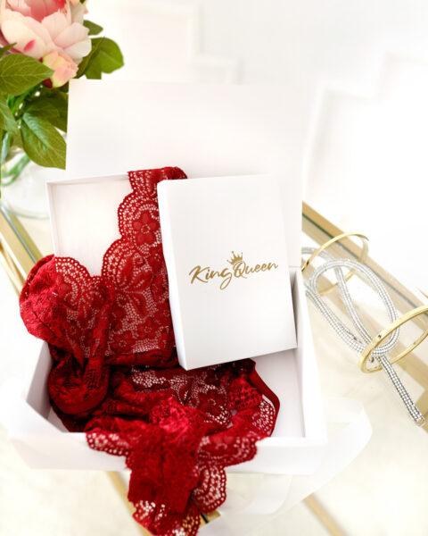 Pudełko prezentowe z białą wiązaną kokardą